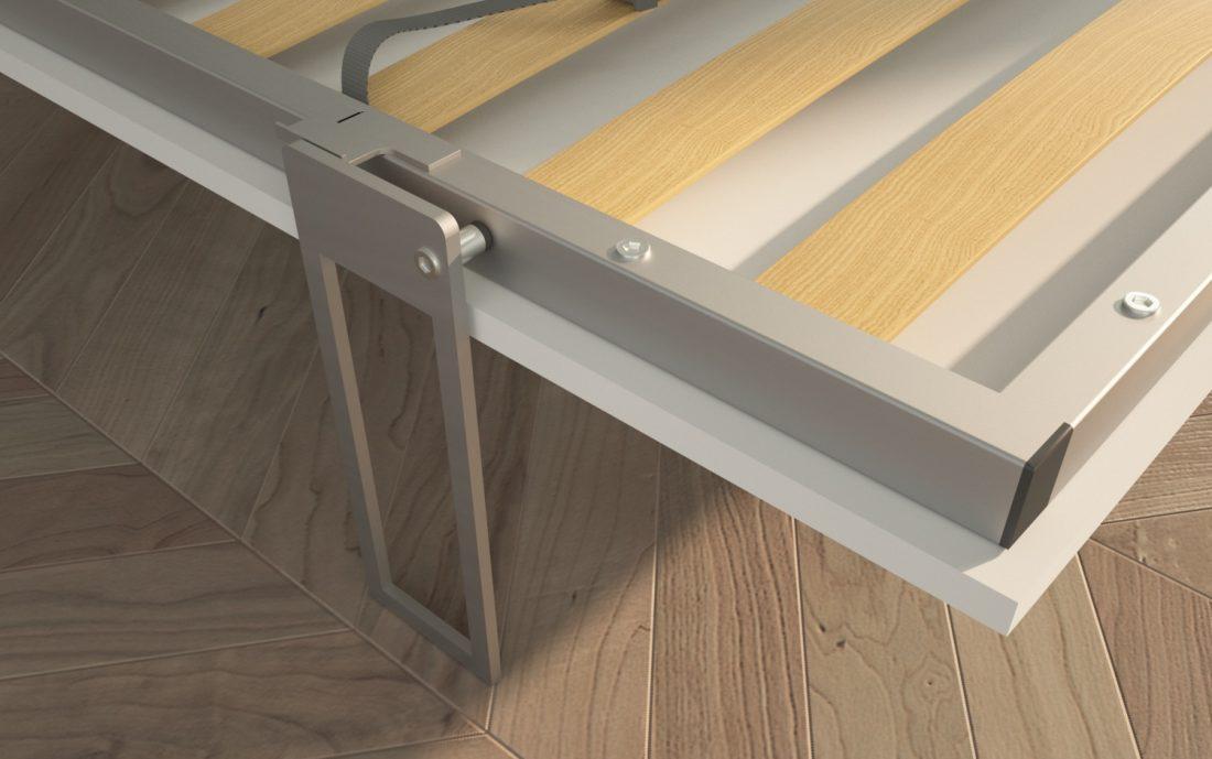 Dettaglio del piede del letto poggiato a terra con rete in doghe e cinghie di sostegno del materasso