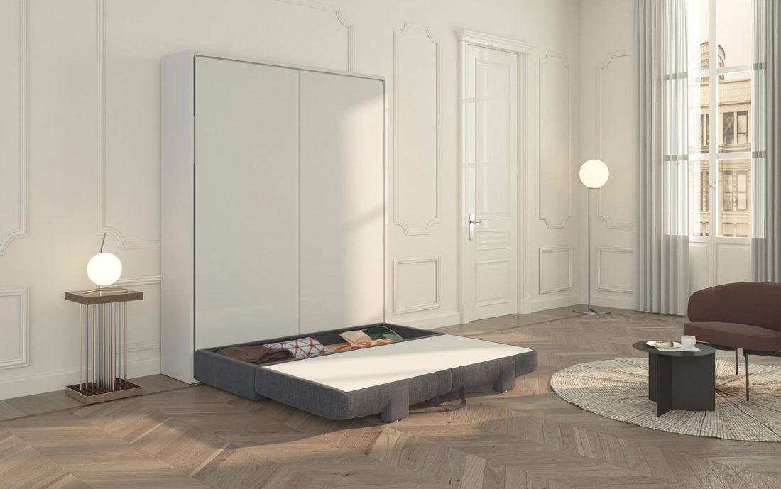Il divano contenitore si ribalta senza sforzo per facilitare l'apertura del letto a scomparsa
