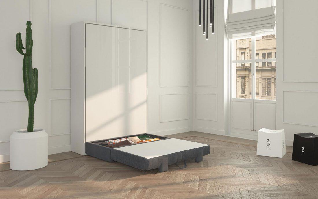 La seduta del divano contenitore aperta a ribalta davanti al letto a scomparsa