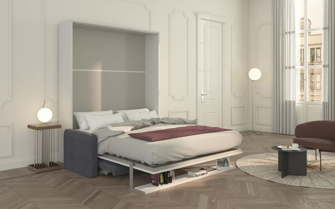 Il letto Brezza 160 aperto e già pronto per la notte, con la mensola e il divano nascosti sotto di esso