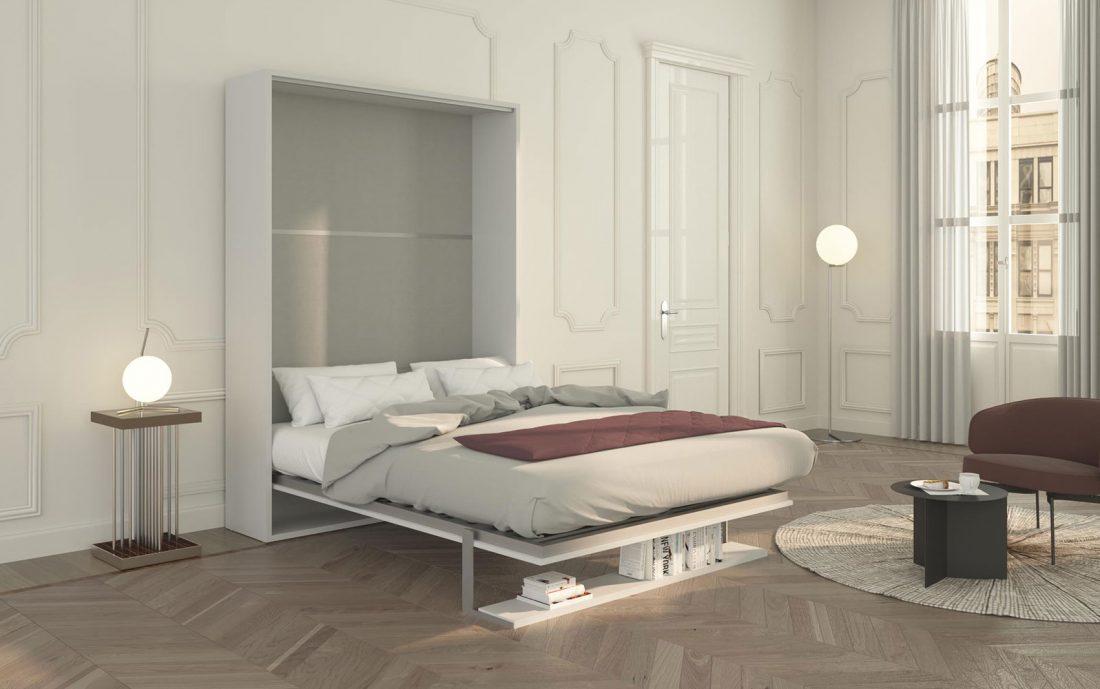 Il letto aperto con la mensola che diventa un solido piede di appoggio