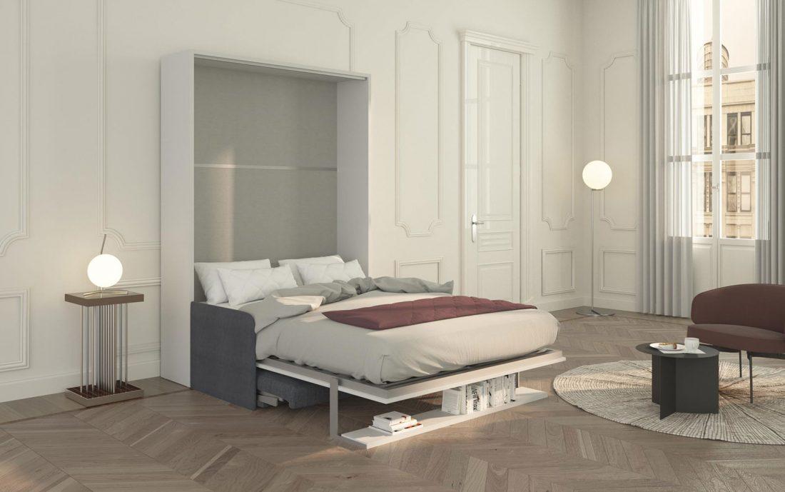 Il letto Brezza 140 aperto con mensola che si trasforma in piede di sostegno e divano che scompare sotto
