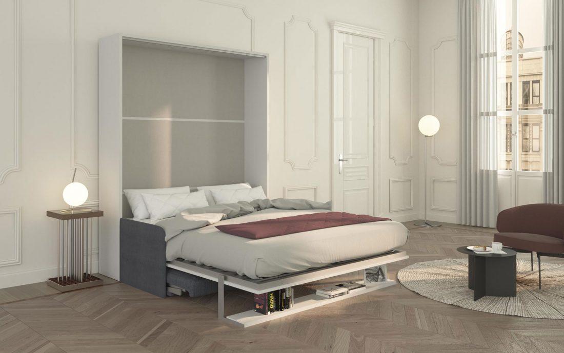 Il letto a scomparsa Brezza 160 aperto già pronto per la notte, con la mensola e il divano ripiegati sotto di esso