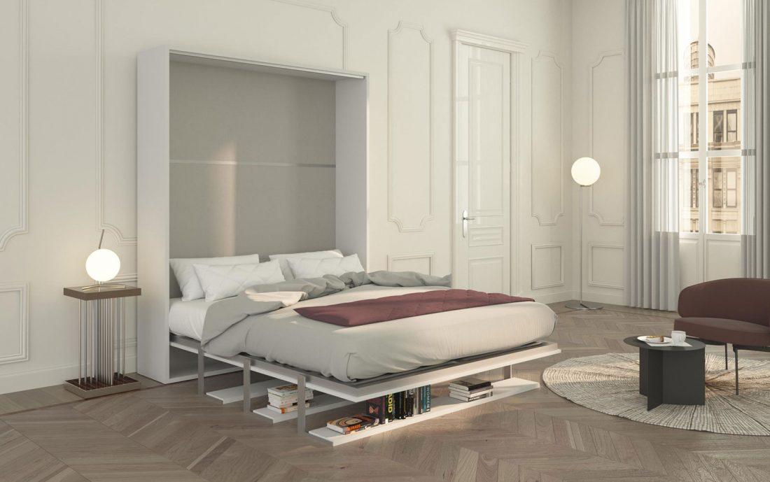Il letto matrimoniale a scomparsa Velo Tre 160 aperto con comodo materasso e i ripiani piegati a sostegno sotto di esso