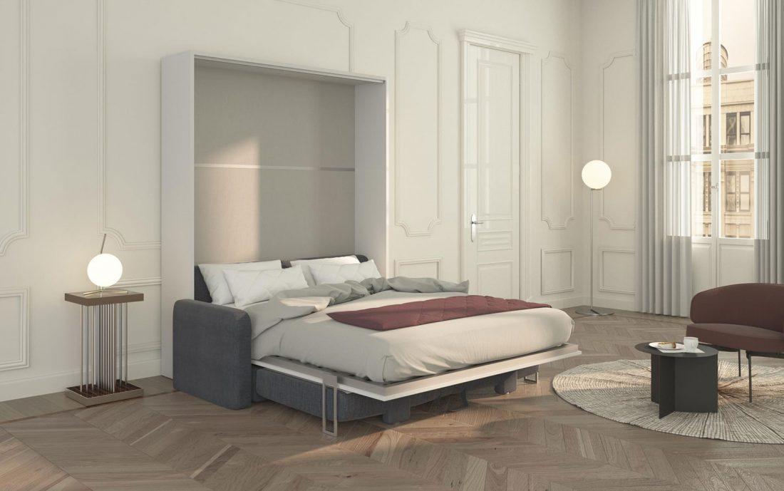 Letto Piuma Sofa 160 aperto e pronto per la notte con materasso e coperte.