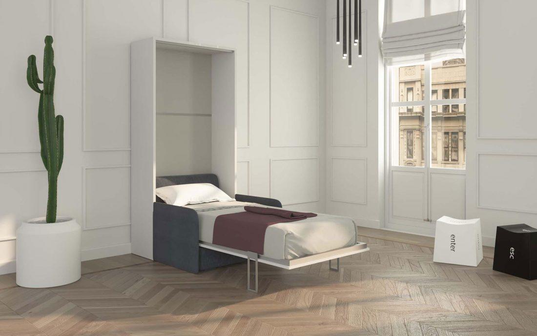 Il letto Piuma Sofa 90 aperto con materasso alto e divano con braccioli sottili