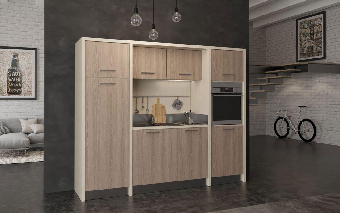 Grande cucina monoblocco a vista con forno elettrico e congelatore