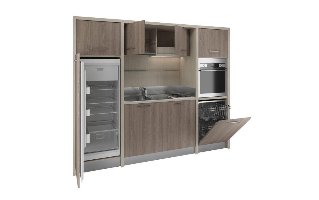 Una cucina monoblocco con grande frigo e forno per case vacanza