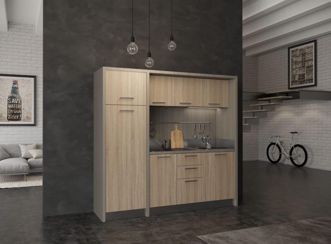 Cucina monoblocco con grande frigo a colonna e piano cottura elettrico 4 fuochi