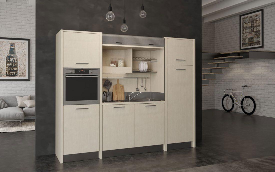 Una cucina a scomparsa completa di forno e grande frigo in poco pù di 250 centimetri di larghezza